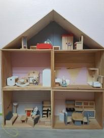 Cadeaux de noël diy pour enfants : la maison de poupée à partir de caisses à vin